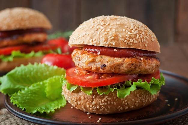Kanapka z burgerem z kurczaka, pomidorami i sałatą