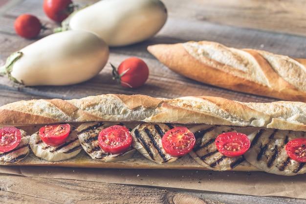 Kanapka z grillowanymi bakłażanami i pomidorami koktajlowymi
