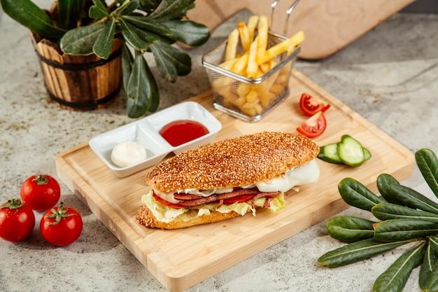 Kanapka z kiełbasą z sałatkowym serem pomidorowym i marynowanym ogórkiem