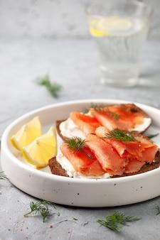 Kanapka z łososiem i serem śmietankowym