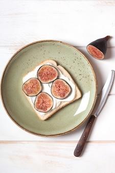 Kanapka z mascarpone i figami na talerzu. jedzenie organiczne