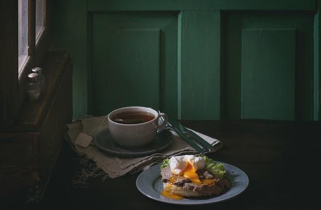 Kanapka z mięsem i jajkiem