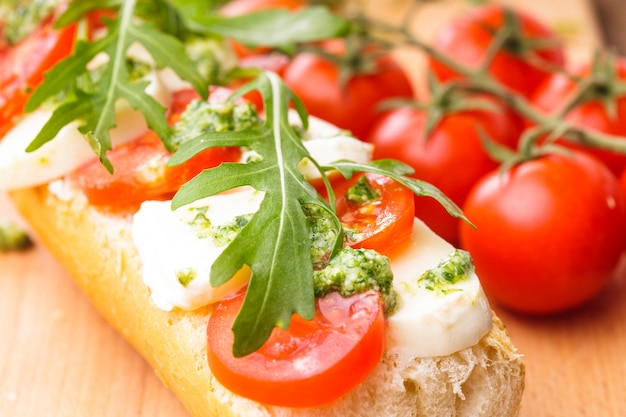 Kanapka z mozzarellą, pomidorem, rukolą i pesto