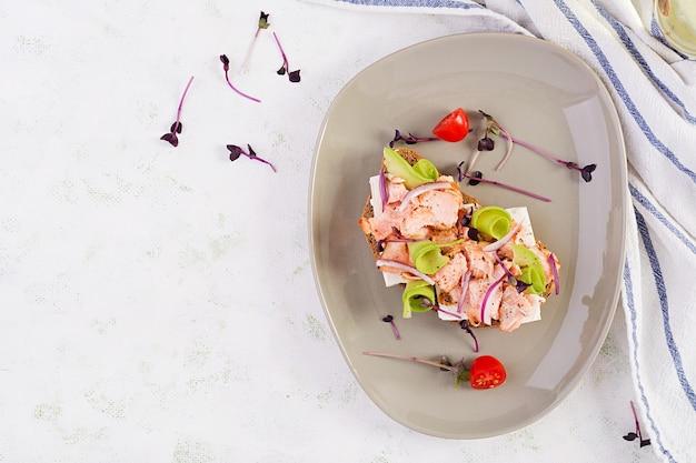 Kanapka z pieczonym łososiem, serem feta, awokado i microgreens