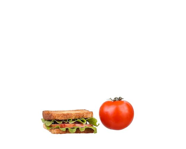 Kanapka z pomidorami, szynką i serem na białym tle