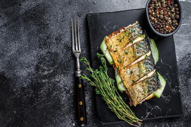 Kanapka z rybą makreli, ogórkiem i musztardą