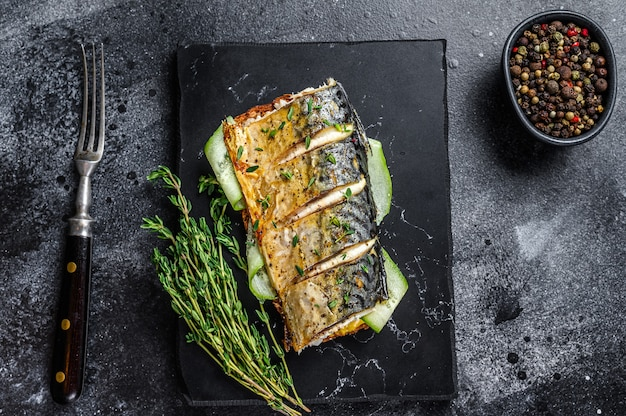 Kanapka z rybą makreli, ogórkiem i musztardą.