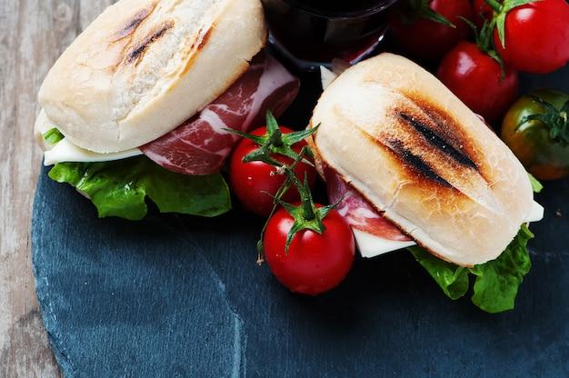 Kanapka z serem, szynką i warzywami