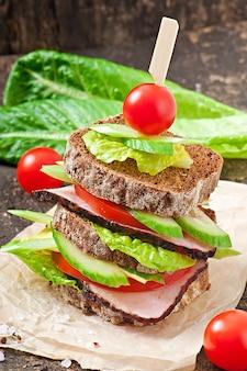 Kanapka z szynką i świeżymi warzywami