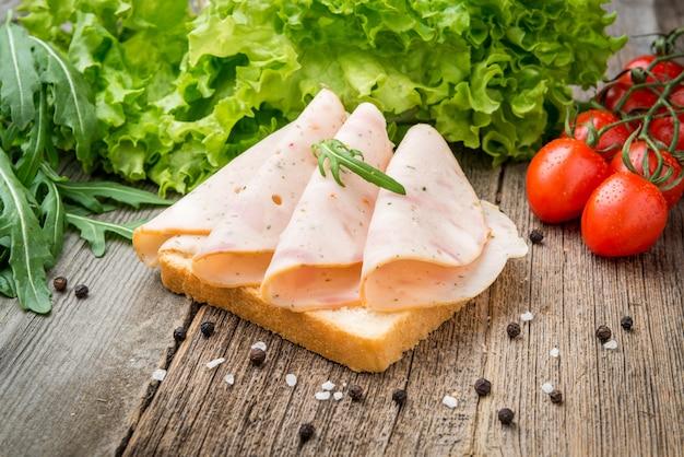 Kanapka z szynką i warzywami