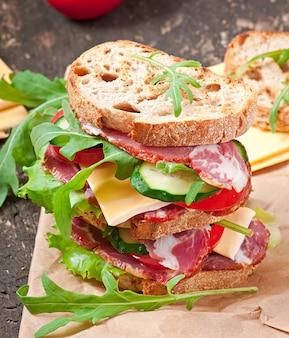 Kanapka z szynką, serem i świeżymi warzywami
