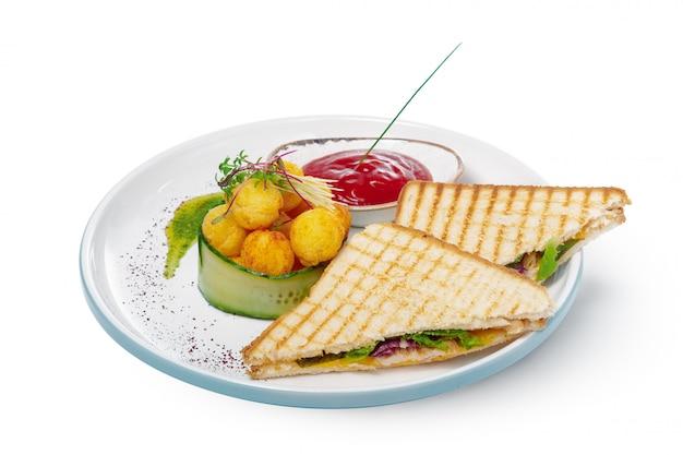 Kanapka z szynką, serem, pomidorami, sałatą i opiekanym chlebem. widok z góry na białym tle.