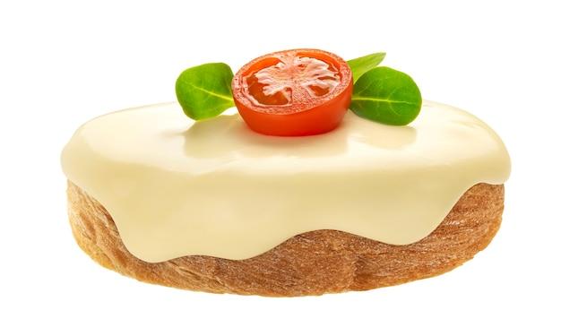 Kanapka z topionym serem, bazylią i pomidorami na białym tle