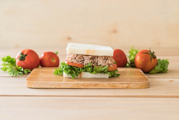 Kanapka z tuńczyka na drewno