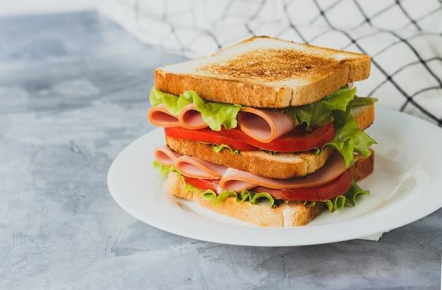 Kanapka z wędzonym indykiem z sałatą z pomidorów szynkowych