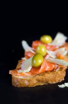 Kanapka ze świeżym łososiem i serem