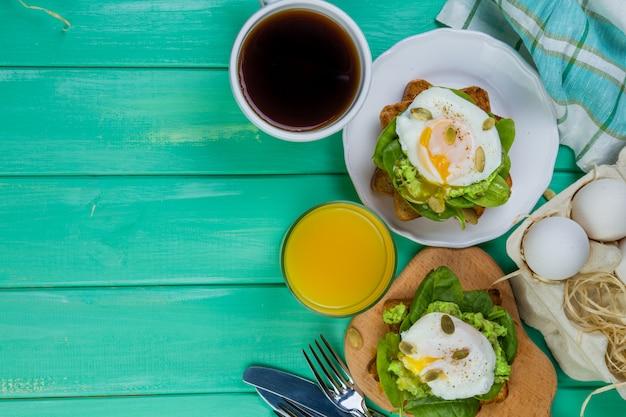 Kanapka ze szpinakiem, awokado i jajkiem