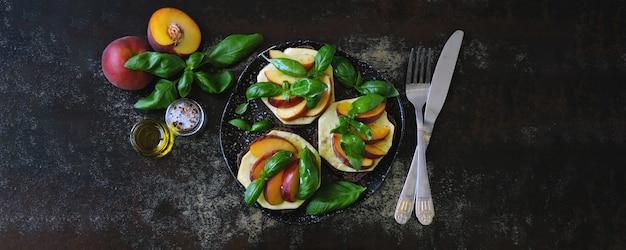 Kanapki caprese z brzoskwinią. kanapki keto. dieta ketonowa.