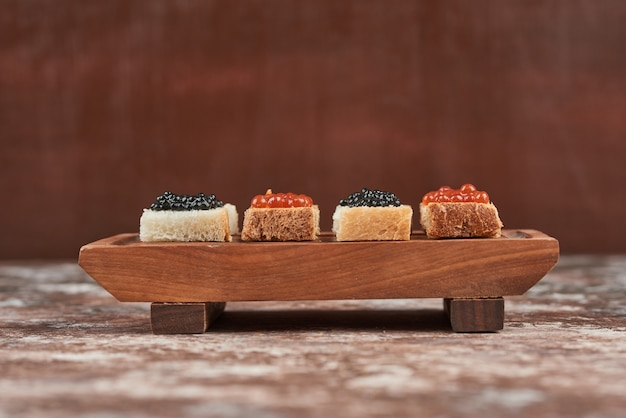 Kanapki chlebowe na marmurze z kawiorem.