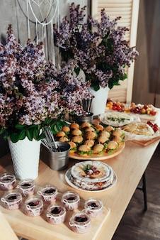 Kanapki i napoje deserów na stole w formie bufetu