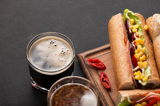 Kanapki i piwo. przekąski i napoje w pubie.