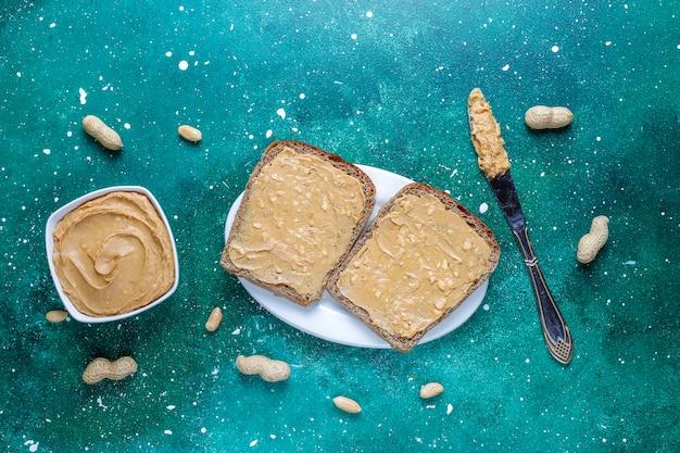 Kanapki lub tosty z masłem orzechowym.