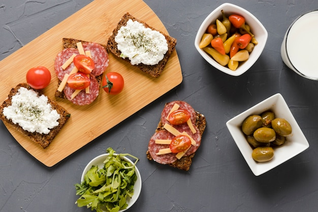 Kanapki na desce do krojenia z oliwkami