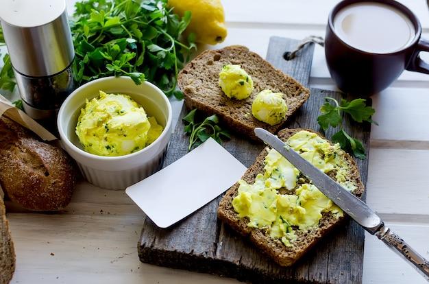 Kanapki na śniadanie z domowym masłem korzennym ze skórką cytryny, kurkumą, przyprawami. chleb żytni