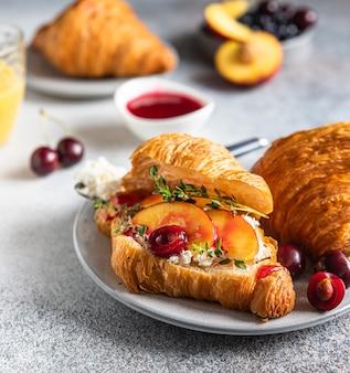 Kanapki rogalikowe z nektaryną wiśniową i ricottą lub serkiem śmietankowym z sokiem pomarańczowym