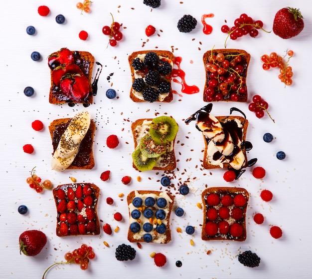 Kanapki ustaw słodki z twarogiem i świeżymi jagodami i owocami