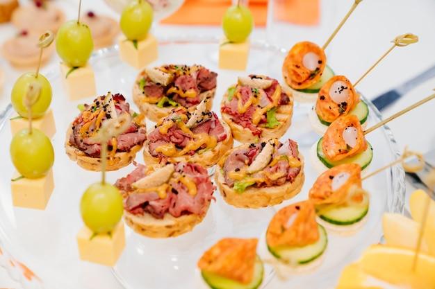 Kanapki. wygodna pasza w formie bufetu. małe kanapki na festiwalu. żywnościowy. dostawa dań gotowych i obsługa bankietów.