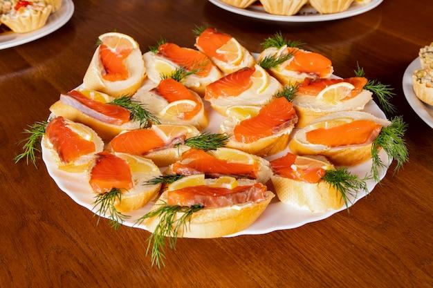 Kanapki z czerwoną rybą na lunch w formie bufetu w śródziemnomorskiej restauracji