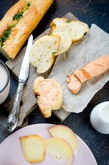 Kanapki z domowym przyprawionym masłem ziołowym i przyprawami