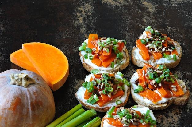 Kanapki z dynią z białym serem i zieloną cebulą na bagietce. przepis na robienie kanapek z dyni.