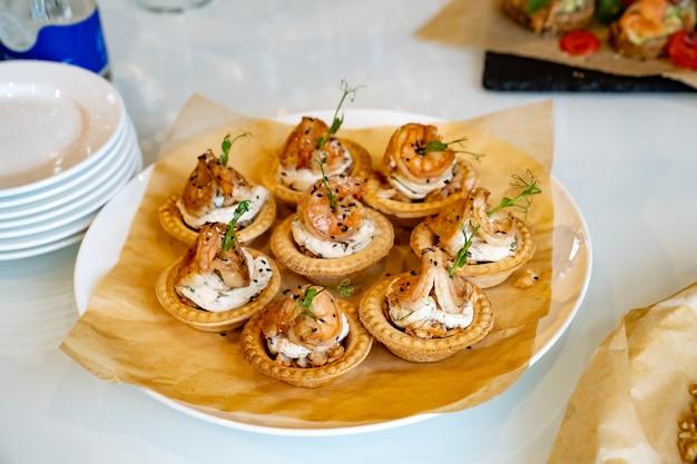 Kanapki z krewetkami wygodnym bufetem karmią małe kanapki na festiwalu?