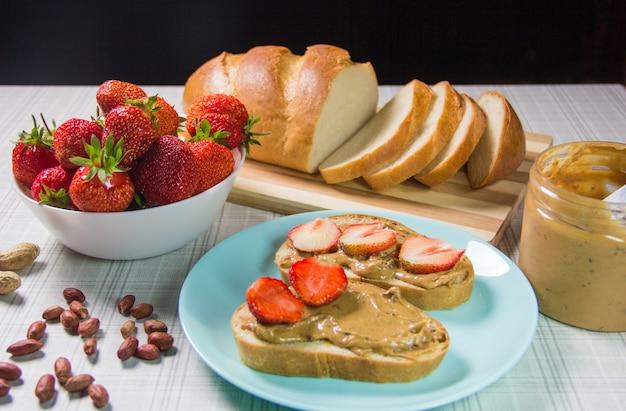 Kanapki z masłem orzechowym i truskawkami. kanapka z masłem orzechowym i galaretką truskawkową