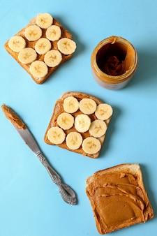 Kanapki z masłem orzechowym z bananem