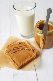 Kanapki z masłem orzechowym