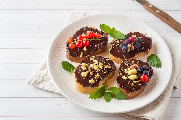 Kanapki z pastą czekoladową, pistacjami i orzechami