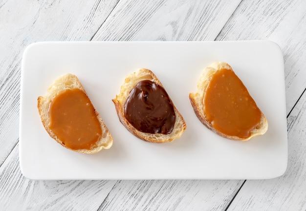 Kanapki z różnymi rodzajami karmelu na półmisku