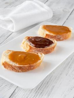 Kanapki z różnymi rodzajami karmelu na talerzu do serwowania