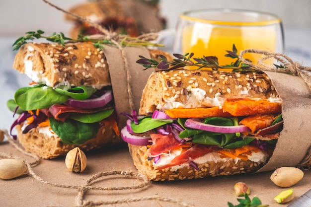 Kanapki z szynką, twarogiem, warzywami i ziołami. zbliżenie.