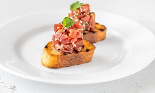 Kanapki z tatarem z tuńczyka na białym talerzu