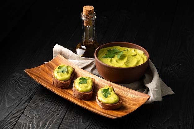 Kanapki z tostowym chlebem i kawiorem z kabaczka z pietruszką na drewnianym tle