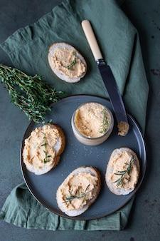 Kanapki z wędzonym łososiem i miękkim pasztetem z serka śmietankowego lub musem z tymiankiem i rozmarynem