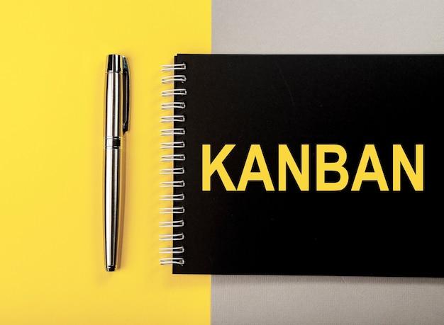 Kanban lub metoda lean w słowie koncepcji zarządzania na czarnym notatniku