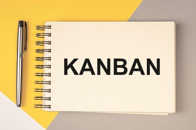 Kanban lub metoda lean w słowie koncepcji zarządzania na notebooku