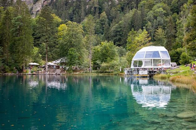 Kandersteg szwajcaria - kulista scena nad jeziorem blausee