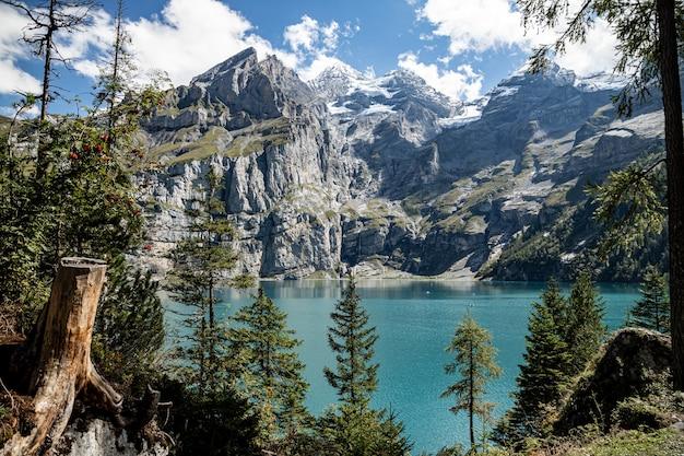 Kandersteg szwajcaria - widok na rothorn, bluemlisalphorn, oeschinenhorn, fruendenhorn i oeschinensee oprawione