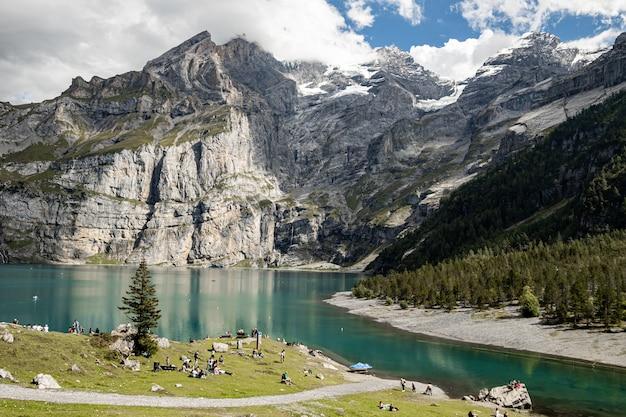 Kandersteg szwajcaria - widok na rothorn, bluemlisalphorn, oeschinenhorn, fruendenhorn i oeschinensee